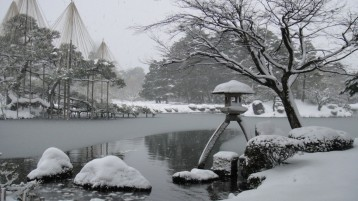 Kenrokuen_in_winter_01